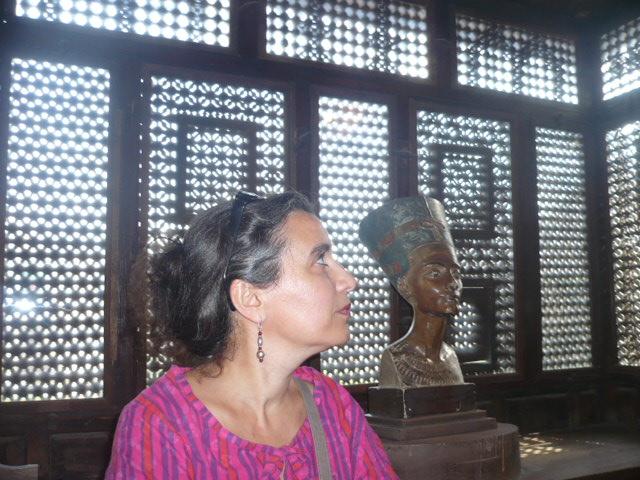 Dans une maison typique avec moucharabieh (les fenêtres en bois)