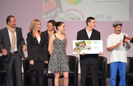 Les jeunes de 3ème de la MFR de Beynac (Haute-Vienne) reçoivent le premier prix du concours en présence de leurs moniteurs lors du Congrès des MFR à Rouen  (©Jean-Daniel CAZI – avril 2013)