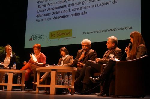 De gauche à droite : Anne-Sophie Benoît (présidente de l'Andev), Sylvie Fromentelle (vice-présidente de la FCPE), Marianne de Brunhoff (ministère de l'Éducation nationale), Didier Jacquemain (délégué général des Francas), Paul Bron (membre du RFVE), Laurence Postic (journaliste).