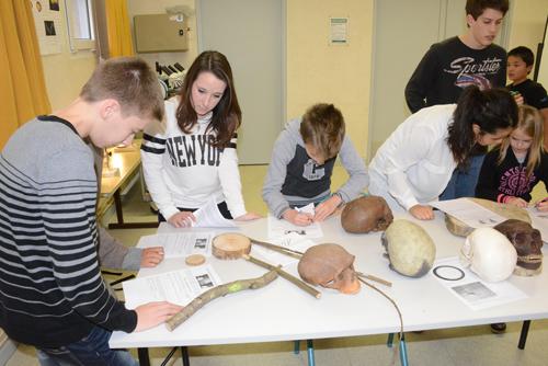 Des élèves de 1re S expliquent les procédures de datation des objets anciens