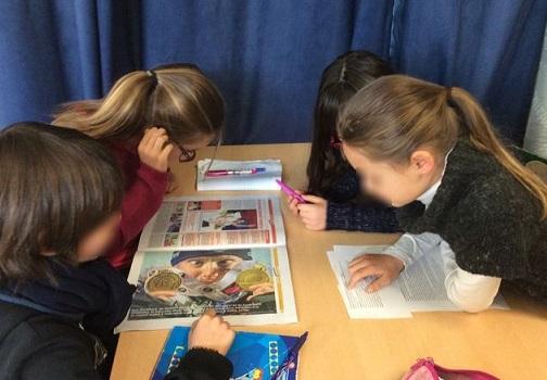 Travail d'élèves en coopération (photo floutée)