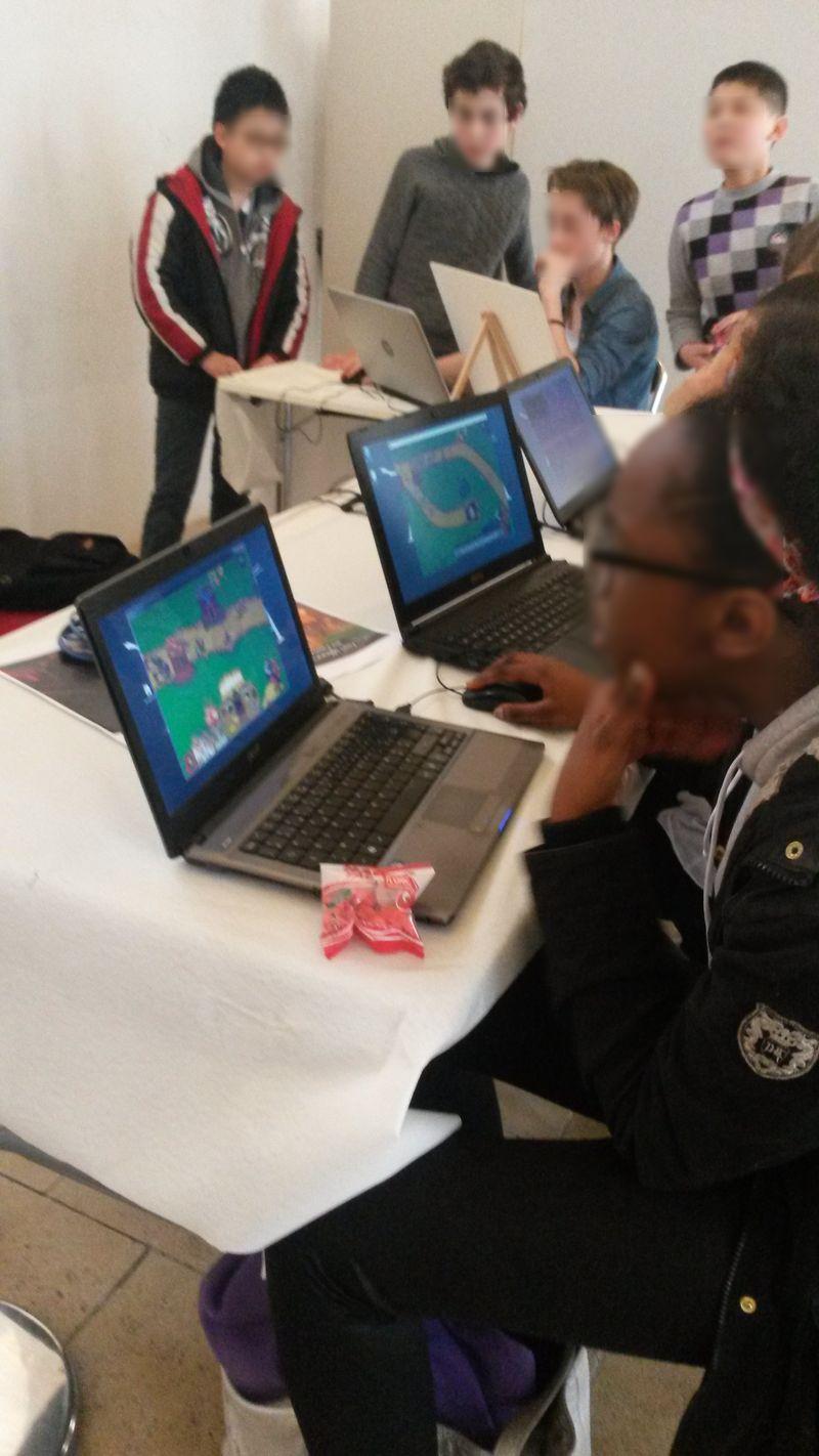 Atelier vidéo, les élèves essaient Stronghold