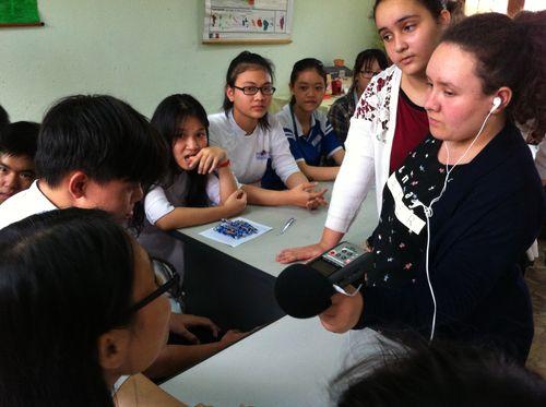 Inès F. et Ines C. lors de l'atelier radio au lycée Dan Nang