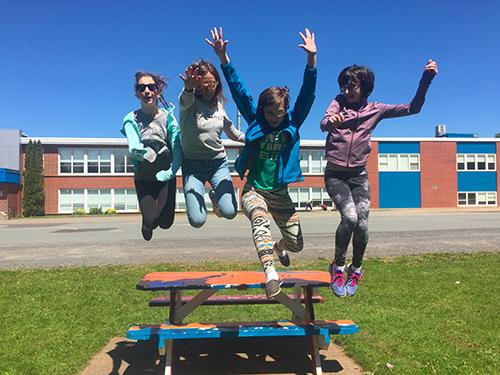 Jade avec ses copines du collège de Nova Scotia au Canada