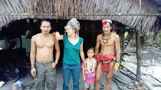Aman Jepri et Tahnee Juquin avec le sikerei Aman Tilou, accompagné de sa fille