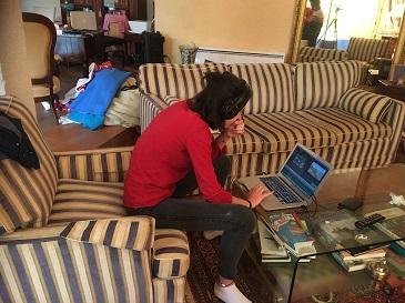 Ado travaillant sur canapé
